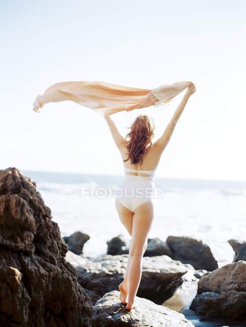 Mulher bonita na praia — Fotografia de Stock