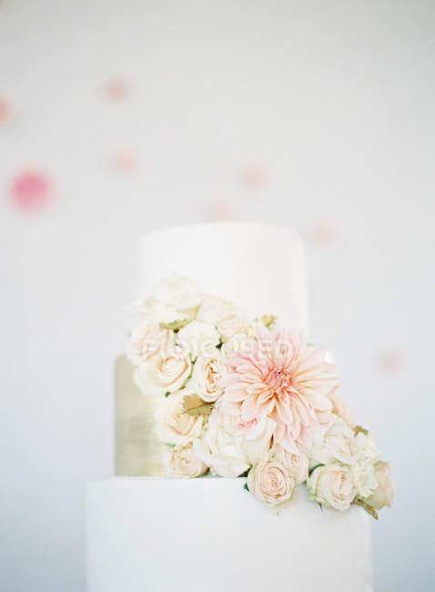 Свадебный торт, украшенный цветами — стоковое фото