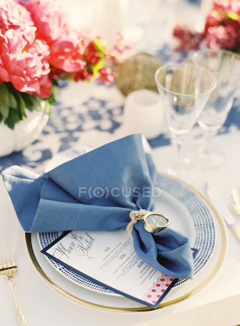 Украшенные салфетку на таблице — стоковое фото
