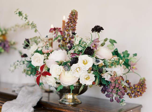 Blumenschmuck in antiker Vase — Stockfoto