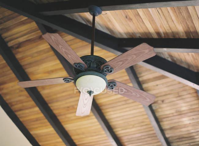 Деревянный потолочный вентилятор — стоковое фото