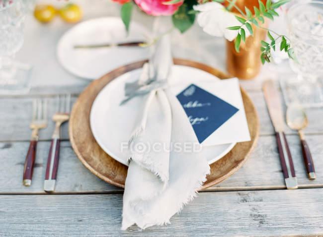 Prato com guardanapo decorativo — Fotografia de Stock