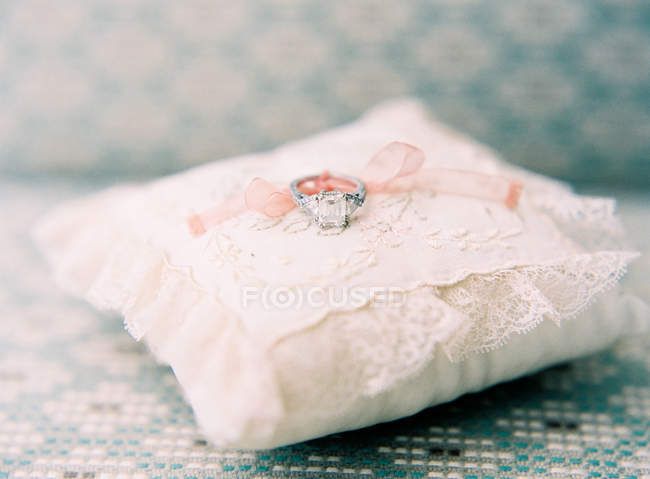 Wedding ring on decorative pillow — Stock Photo