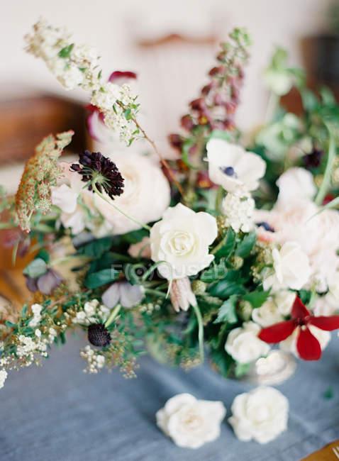 Цветочная композиция с белыми розами — стоковое фото