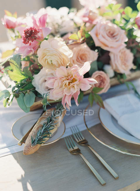 Налаштування стіл прикрашена квітами — стокове фото