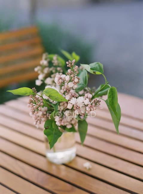 Frescas cortadas flores rústico - foto de stock