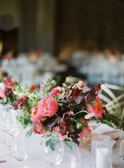 Flowers on set wedding table — Stock Photo