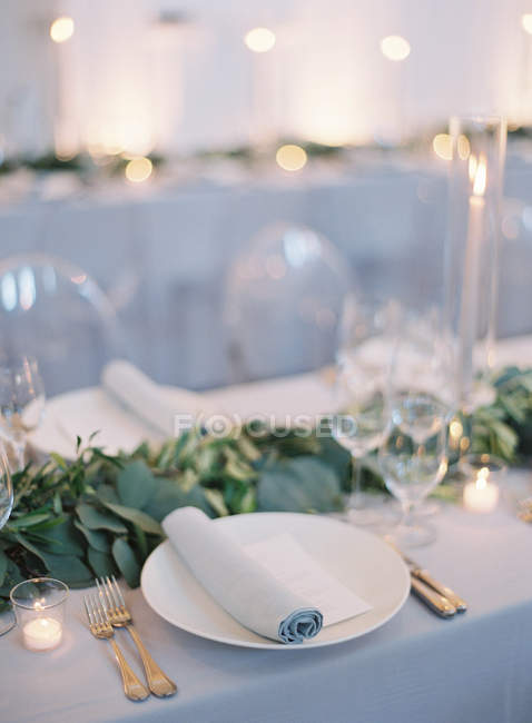 Wedding table setting with floral decoration — Stock Photo