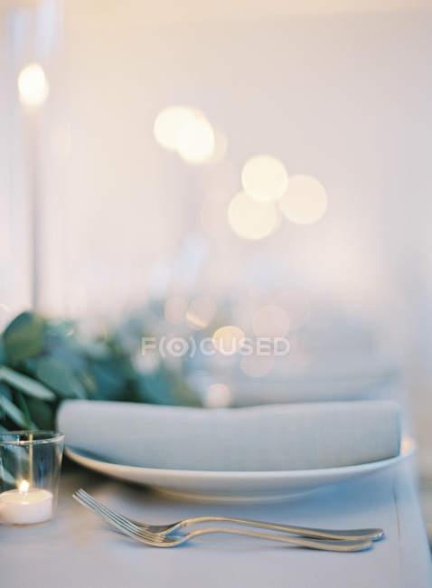 Вилки и чай Свеча на свадебный стол — стоковое фото