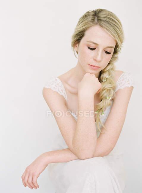 Молода жінка у весільну сукню — стокове фото