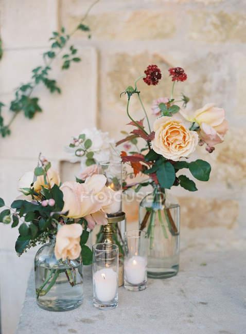 Flores y velas frescas - foto de stock