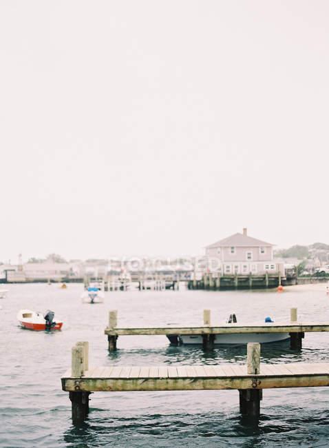 Pierses sur bord de la rivière cityscape — Photo de stock