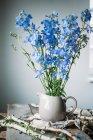 Цветы в стеклянной банке — стоковое фото