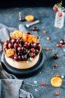 Piccola torta con ciliegie e pasticceria — Foto stock