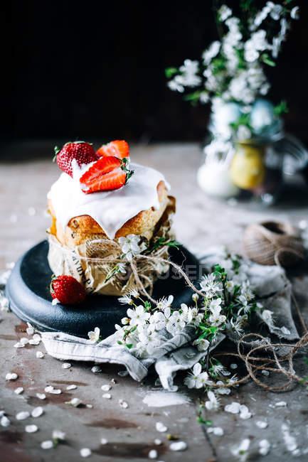 Torta con le fragole e decorazione floreale — Foto stock