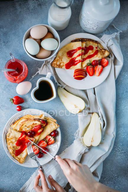 Deliciosos crepes con fresas - foto de stock