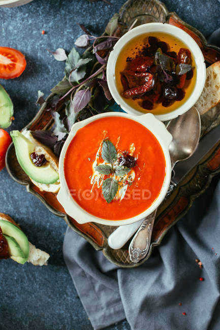 Томатний суп з листя базиліка — стокове фото