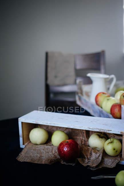 Manzanas frescas de jardín en mesa - foto de stock
