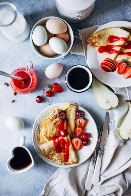 Tasty pancakes with strawberries — Stock Photo