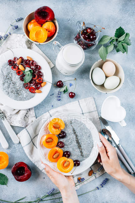 Чиан пудинг с абрикосами и вишни — стоковое фото