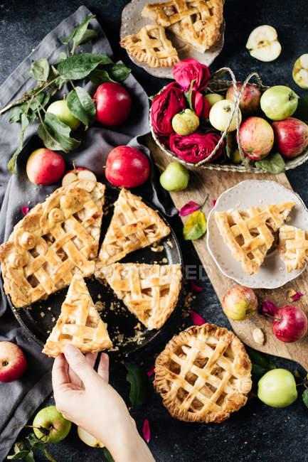 Нарезанные домашний яблочный пирог — стоковое фото