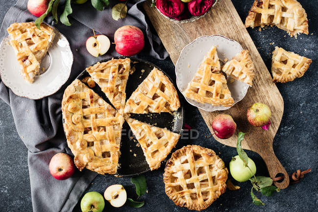Sliced homemade apple pie — Stock Photo