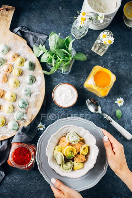 Плита цветных равиоли — стоковое фото