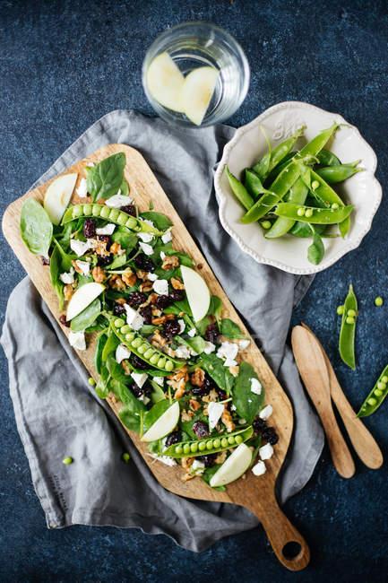 Летний салат с горохом и яблочные ломтики — стоковое фото