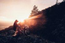 Людина з собаками, розміщення на скелі — стокове фото