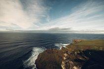 Vue imprenable sur les falaises au bord de mer — Photo de stock