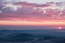 Lindo pôr do sol sobre montanhas remotas — Fotografia de Stock