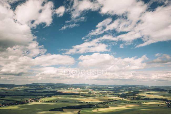 Сільський пейзаж з зеленими полями — стокове фото