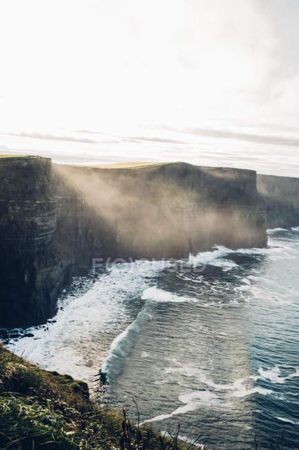 Потрясающий вид на скалы на берегу — стоковое фото