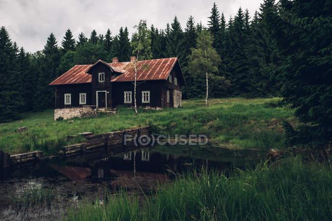 Vecchia casa sul prato — Foto stock