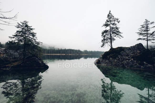 Remoto lago montañoso - foto de stock