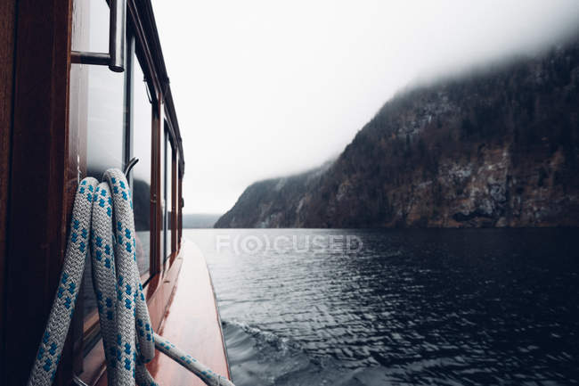 Cruise boat sailing on remote lake — Stock Photo