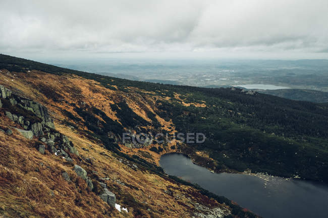 Gebirgigen See mit Tal im Hintergrund — Stockfoto