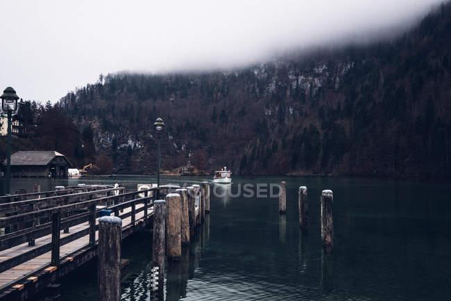 Control remoto resort en orilla del lago - foto de stock