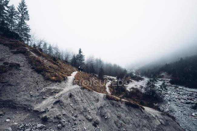 Rocky River im gebirgigen Tal — Stockfoto