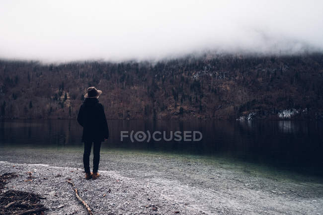 Mann steht am Ufer — Stockfoto