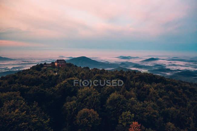 Maison de maître au sommet de la montagne sur site distant — Photo de stock