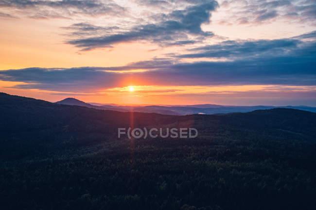 Захід сонця над віддаленого гори — стокове фото
