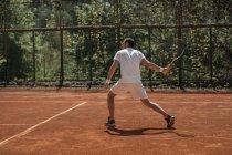 Молодий тенісист готові служити на майданчику на відкритому повітрі — стокове фото