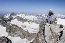 Mountaineer on Schwarzenstein summit ridge — Stock Photo