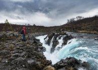 Hiker at Hlauptungufoss Waterfall — Stock Photo