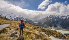 Hiker looking into Hooker Valley — Stock Photo