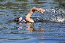 Triathlète mâle nage — Photo de stock