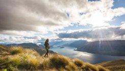 Frau, die am See wandern — Stockfoto