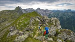 Hikers on descent in Schladming Tauern, Schladming, Styria, Austria — Stock Photo