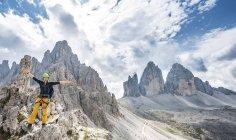 Jeune randonneur sur via ferrata sur le Mont Paternkofel en Tyrol du Sud, Haut-Adige, Italie, Europe — Photo de stock